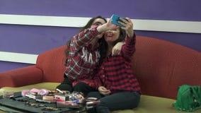 As meninas morenos novas fazem o selfie com composição terrível Face suja Juventude despreocupada Vlog Beleza oriental do árabe d vídeos de arquivo