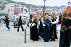 As meninas no terno nacional em Stavanger Fotografia de Stock Royalty Free