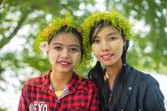 As meninas novas de Myanmar com o thanaka em sua cara são felicidade Fotografia de Stock Royalty Free