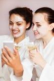 As meninas party no centro dos termas com relaxam e uma comunicação imagens de stock royalty free