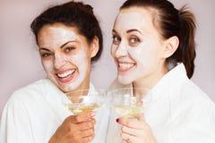 As meninas party no centro dos termas com relaxam e uma comunicação imagem de stock royalty free