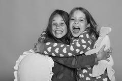 As meninas polca colorida em pijamas pontilhados guardam descansos brilhantes engraçados fotos de stock royalty free