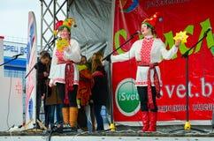 As meninas que conduzem o concerto estão na fase durante festividades de Shrovetide, Gomel, Bielorrússia Imagem de Stock