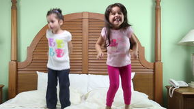 As meninas que saltam na cama vídeos de arquivo