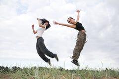 As meninas que saltam no parque Foto de Stock Royalty Free
