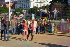 As meninas são fotografadas usando uma vara do selfie às cores do festival de Holi na cidade de Cheboksary, república do Chuvash, Fotografia de Stock Royalty Free