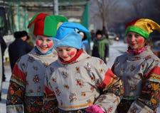 As meninas vestiram-se no russo que tradicional a roupa representa palhaços Foto de Stock Royalty Free