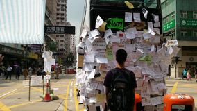 As mensagens do cargo dos Protestors no ônibus na estrada de Nathan ocupam os protestos 2014 de Mong Kok Hong Kong a revolução do Imagens de Stock