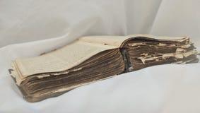 As mentiras desalinhado antigas velhas do ` da Bíblia do ` do livro abrem na tabela com cortina branca O conceito dos ensinos de  imagem de stock royalty free