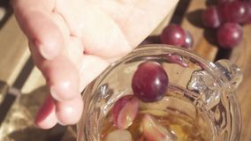 As metades das uvas do corte caem no movimento lento do filtro vídeos de arquivo