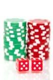 As microplaquetas de póquer coloridas e cortam Imagens de Stock