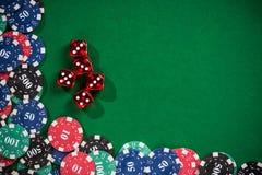 As microplaquetas de póquer do casino e cortam fotografia de stock
