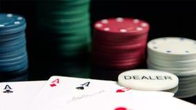 As microplaquetas de pôquer e os cartões dos áss no espelho preto surgem fotografia de stock