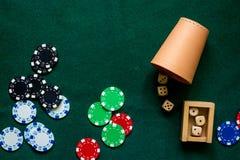 As microplaquetas de pôquer e cortam em um fim verde do copyspace da opinião de tampo da mesa do jogo acima Fotografia de Stock
