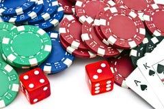 As microplaquetas do casino, cortam e cartões Foto de Stock