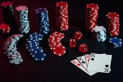 As microplaquetas e os cartões do casino na tabela preta surgem Conceito do jogo, da fortuna, do jogo e do entretenimento - ascen Fotografia de Stock Royalty Free