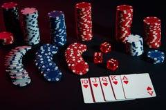 As microplaquetas e os cartões do casino na tabela preta surgem Conceito do jogo, da fortuna, do jogo e do entretenimento - ascen Imagem de Stock