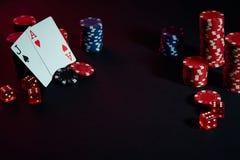 As microplaquetas e os cartões do casino na tabela preta surgem Conceito do jogo, da fortuna, do jogo e do entretenimento - ascen Imagens de Stock