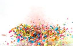 As migalhas de um giz colorido voam em um fundo branco Alegria, carnaval Panorama Jogo para crianças Imagem de Stock Royalty Free