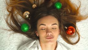 As moças engraçadas com decoração brincam em seu cabelo vídeos de arquivo