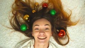 As moças felizes com decoração brincam em seu cabelo vídeos de arquivo