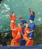 As moças no terno brilhante dançam e mostram conluios acrobáticos no sc Imagem de Stock Royalty Free