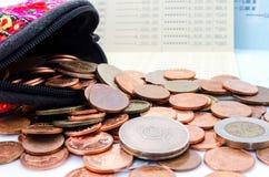 As moedas de dez centavos da moeda, a moeda de Hong Kong do dólar e o iene japonês tailandeses inventam Carteira e moeda no fundo Imagens de Stock Royalty Free