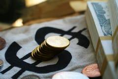 As moedas de um centavo do ouro fecham-se acima com as pilhas de centenas de alta qualidade Foto de Stock Royalty Free