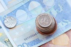 As moedas de um centavo do Reino Unido cinco inventam em uma pilha das moedas Fotografia de Stock Royalty Free