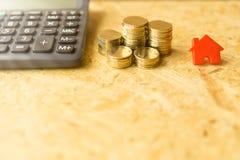 As moedas dirigem e o conceito da mostra da calculadora do dinheiro imagens de stock