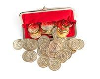 As moedas dispersadas da prata e de ouro estão na bolsa vermelha Imagens de Stock