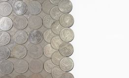 As moedas do baht de Tailândia arranjaram em um fundo branco Imagens de Stock Royalty Free