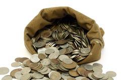 As moedas do dinheiro derramam para fora do saco Imagens de Stock Royalty Free