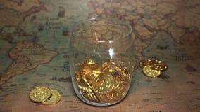 As moedas douradas de Bitcoin caem em um mealheiro Conceito cripto das economias da moeda de Digitas vídeos de arquivo