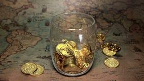 As moedas douradas de Bitcoin caem em um mealheiro Conceito cripto das economias da moeda de Digitas filme