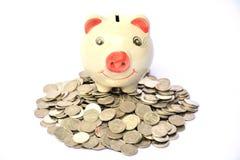 As moedas e o sentimento do mealheiro salvar o dinheiro e o sucesso, finança Fotografia de Stock