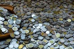 As moedas em frasco quebrado nos lotes da pilha inventam com fundo borrado, pilha do dinheiro para o investimento do planeamento  imagens de stock royalty free