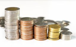 As moedas empilham na tabela branca Imagens de Stock