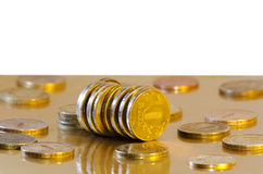 As moedas estão refletindo na superfície dourada fotografia de stock