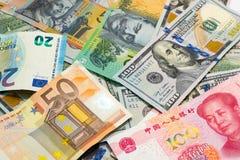 As moedas principais do mundo como o fundo do dinheiro fotografia de stock royalty free