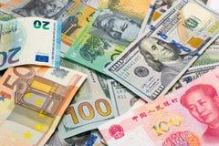 As moedas principais do mundo como o fundo do dinheiro foto de stock