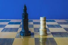 As moedas são formadas como um rei em um tabuleiro de xadrez Imagem de Stock Royalty Free