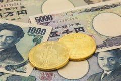 As moedas simbólicas do bitcoin na pilha de muitos datilografam cédulas de japão fotos de stock royalty free