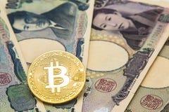 As moedas simbólicas do bitcoin na pilha de muitos datilografam cédulas de japão foto de stock royalty free