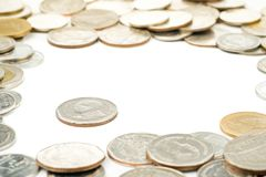 As moedas tailandesas da ligação foram cercadas por moedas do baht tailandês Imagem de Stock Royalty Free