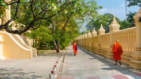 As monges andam no pátio do templo Tailândia do phatom do phra Fotos de Stock