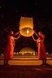 As monges budistas liberam a lanterna do céu para adorar as relíquias da Buda Imagem de Stock