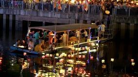 As monges deixam cair lanternas no rio para a paz todos os povos na noite