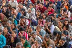 As monges e os povos tibetanos que escutam sua santidade os 14 Dalai Lama Tenzin Gyatso que dá ensinos em sua residência em Dhara imagem de stock