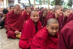 As monges e os povos tibetanos que escutam sua santidade os 14 Dalai Lama Tenzin Gyatso que dá ensinos em sua residência em Dhara fotografia de stock